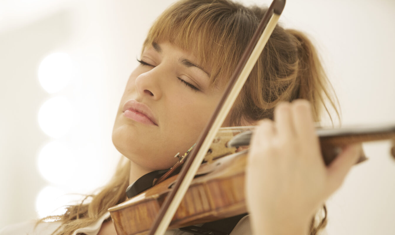 Nicola Benedetti plays violin with her eyes closed